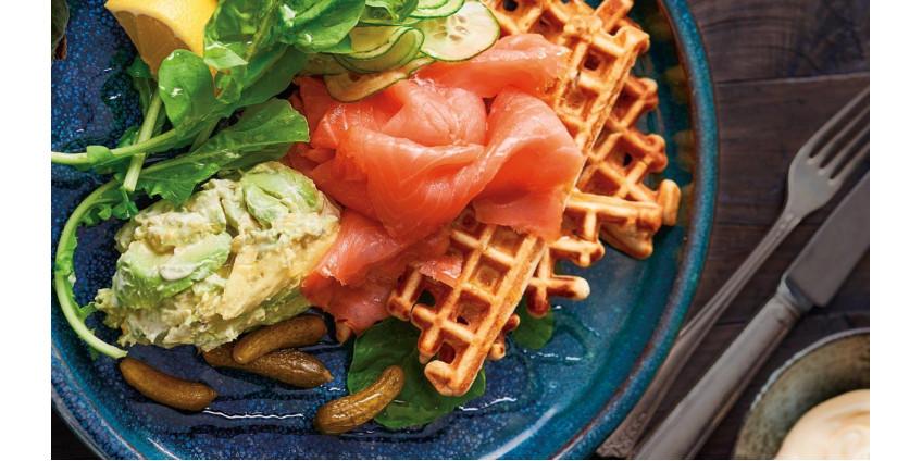 Картофельно-гречневые вафли с копченым лососем, авокадо и салатом из огурцов